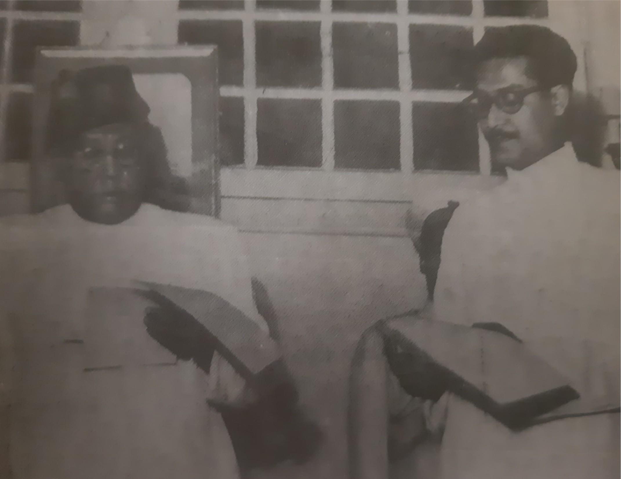 ১৯৫৪ সালে মুখ্যমন্ত্রী শের-এ-বাংলার নিকট বঙ্গবন্ধু কৃষি ও বনমন্ত্রী হিসেবে শপথ নিচ্ছেন