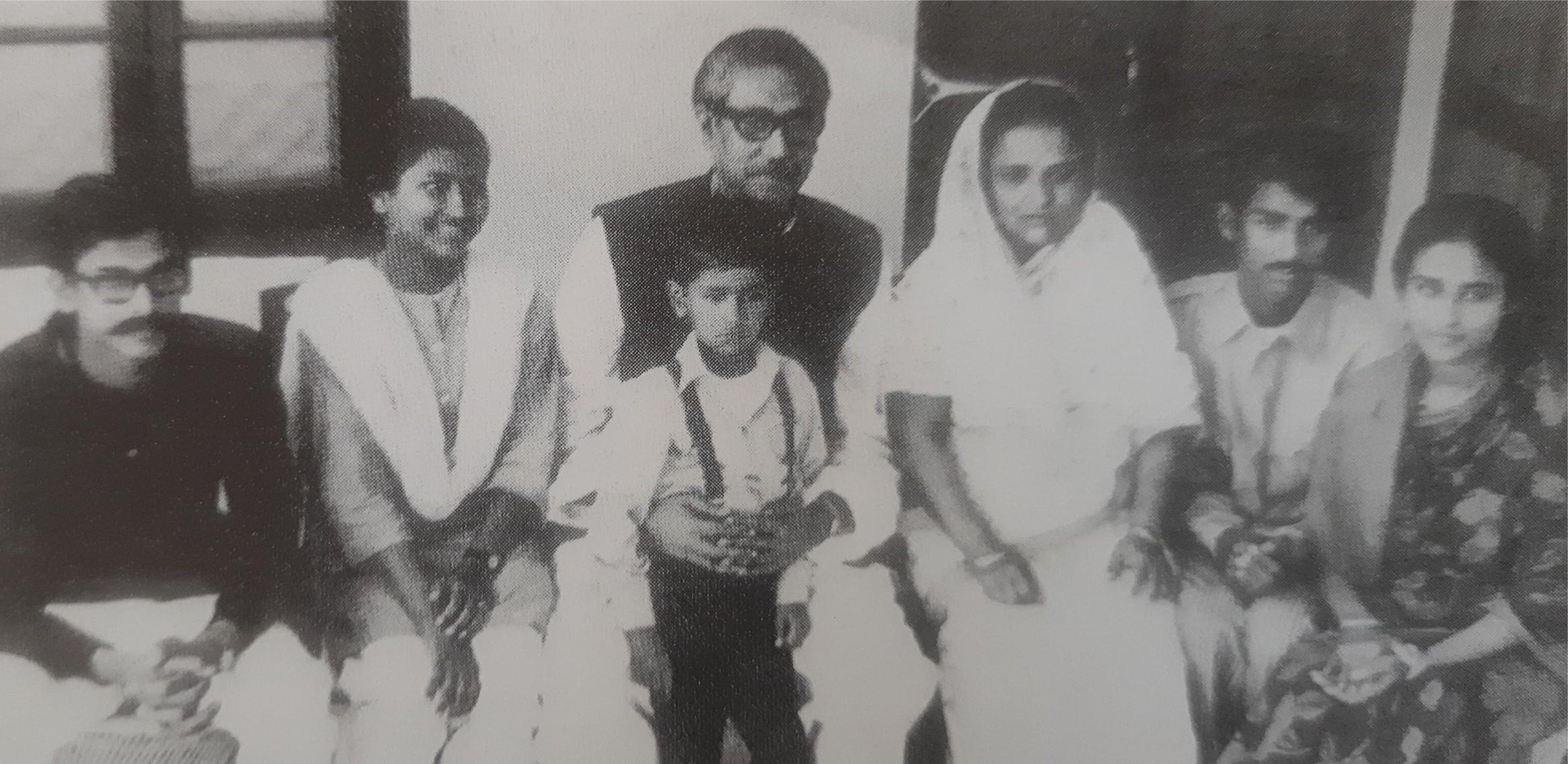 সপরিবারে বঙ্গবন্ধু শেখ মুজিবুর রহমান